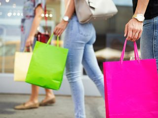 Women in mall shopping to represent Forever 21 return policy.