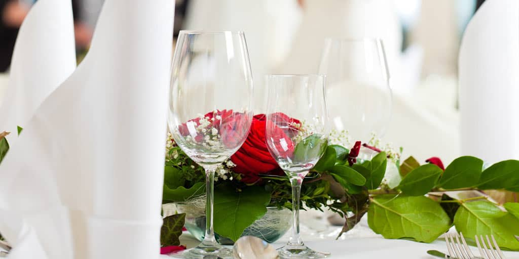 Wedding table with roses and champagne glasses