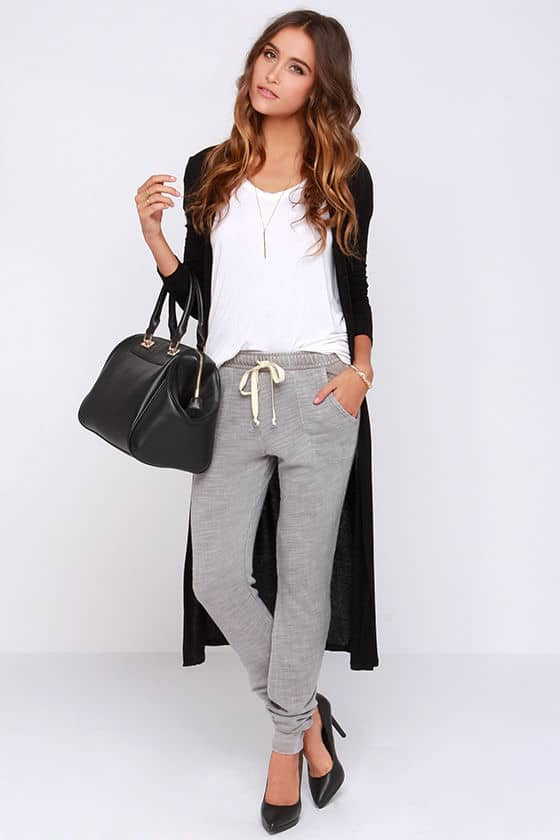 how to wear joggers - pair joggers with a light t shirt, cardigan and large tote bag