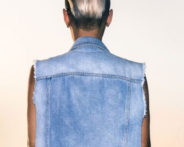 Woman with 90s style: short hair and denim jacket