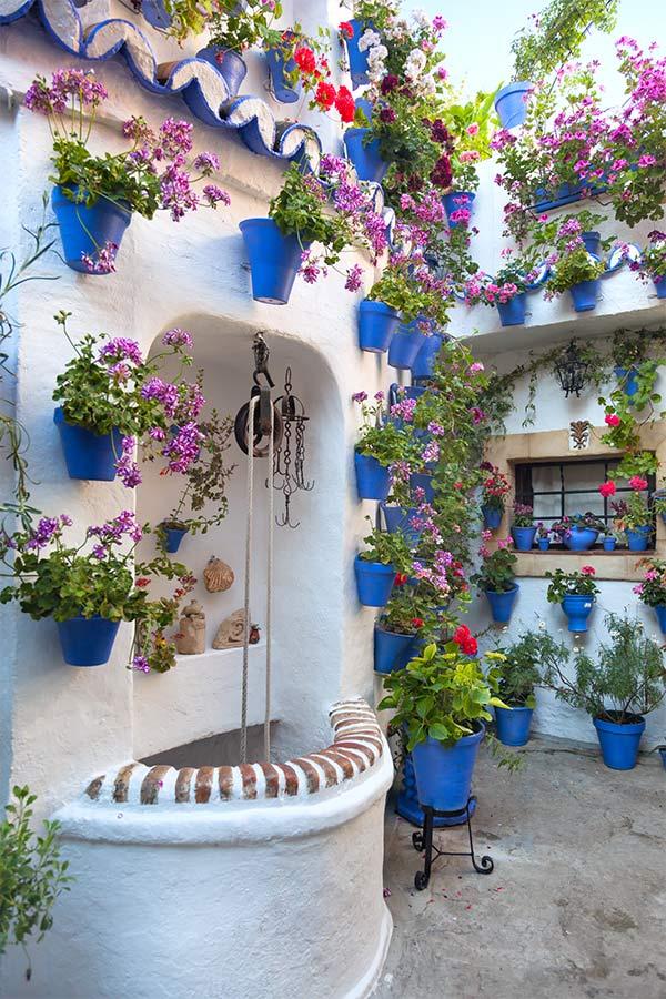 Mediterranean courtyard: summer home decorating idea