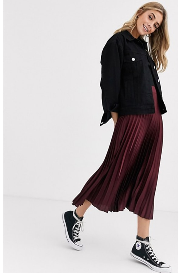 Woman wearing pleated skirt with sneakers