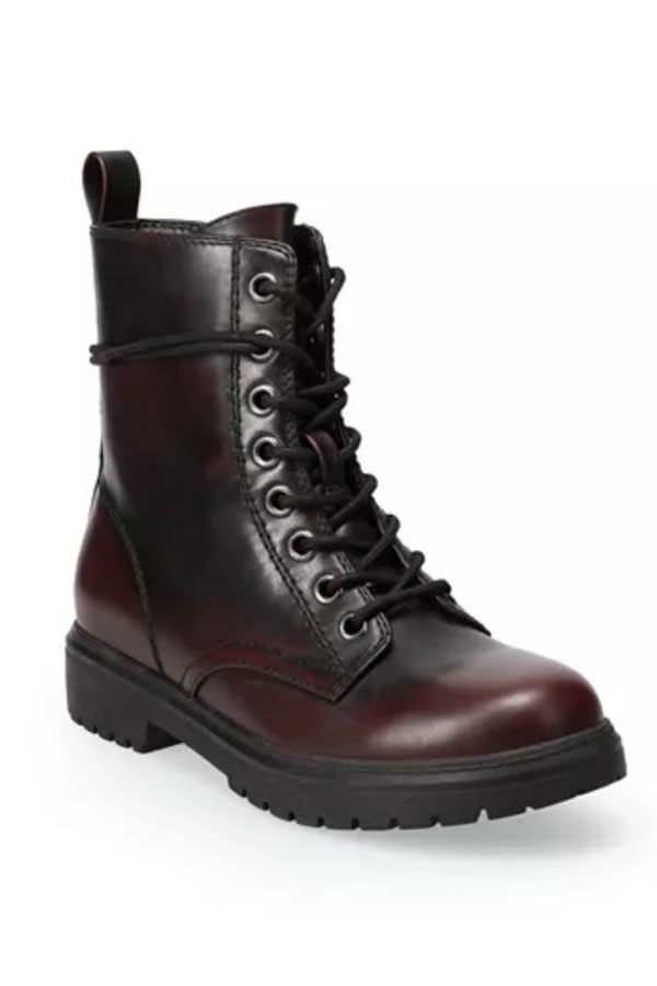 Combat boot with burgundy tone