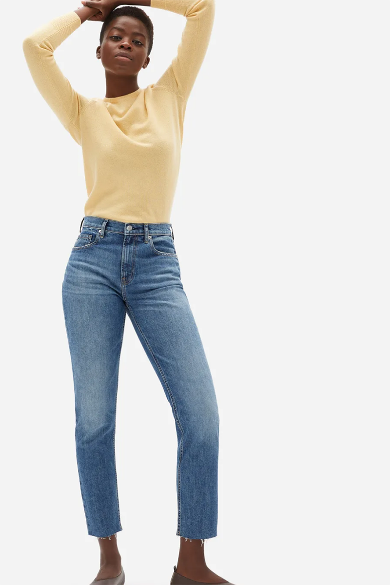 Black woman wearing Everlane cheeky jean to avoid booty gap