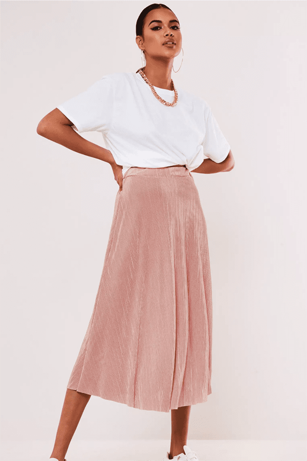 Woman wearing pink A-line midi skirt.
